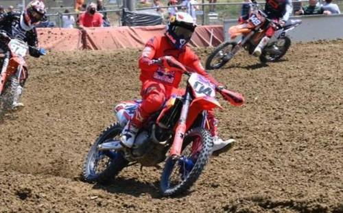 Andrea Dovizioso impegnato su una pista di motocross