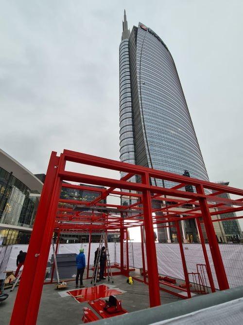 I lavori di allestimento del padiglione di Milano Motoweeks 2020 in Piazza Gae Aulenti