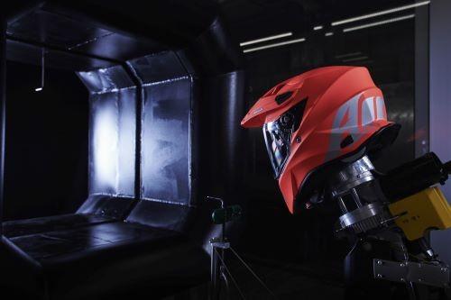 Un casco Airoh nella Galleria del vento dell'azienda berganasca (Fabio Affuso)