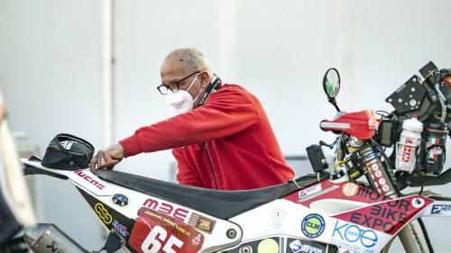 Franco Picco cura la manutenzione della sua moto durante un giorno di riposo della Dakar 2021