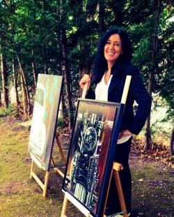 Elisabetta Franceschini con alcuni suoi quadri