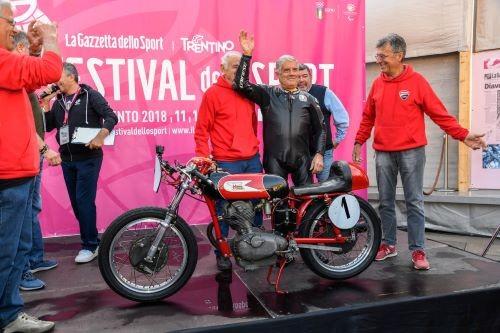 Giacomo Agostini alla rievocazione dei suoi esordi con la Morini 175 Settebello