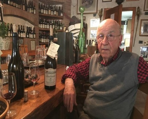 Lino Maga nella sua bottega a Broni
