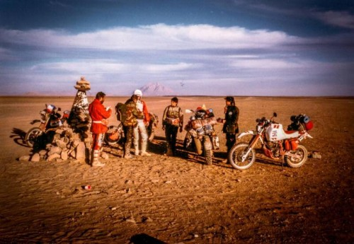 Il gruppo si ritrova al cippo che indica la strada giusta per Tamanrasset. Girino è il quarto da sinistra