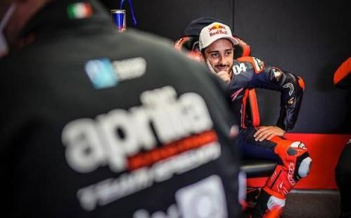 Andrea Dovizioso sorridente durante i testo con l'Aprilia RS-GP 2021