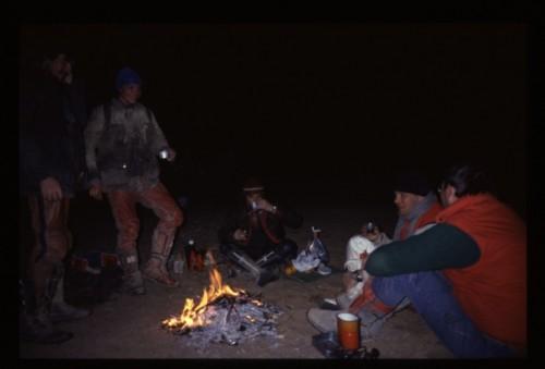 Il gruppo festeggia la notte di Capodanno con il falò in peno deserto