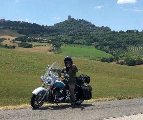 Virginio Mariani con la sua inseparabile Harley