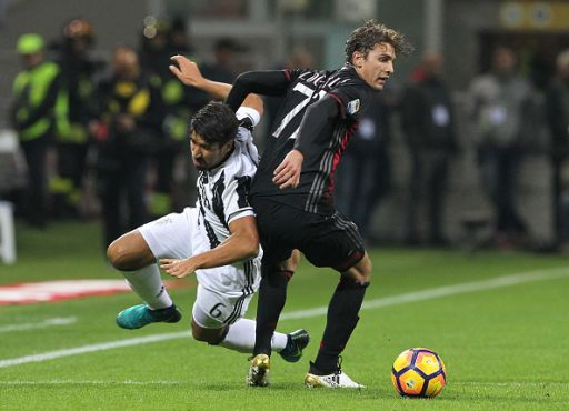 MILAN, ITALY - OCTOBER 22: Manuel Locatelli (R) of AC Milan competes for the ball with Sami Khedira (L) of Juventus FC during the Serie A match between AC Milan and Juventus FC at Stadio Giuseppe Meazza on October 22, 2016 in Milan, Italy. (Photo by Marco Luzzani/Getty Images)