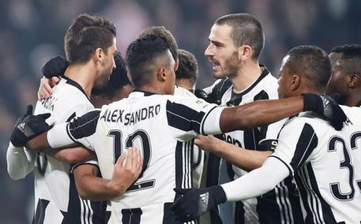 Juventus' Sami Khedira, left, celebrates with his teammates after scoring the 1-0 goal during the Italian Serie A soccer match Juventus Fc vs Pescara at Juventus Stadium in Turin, Italy, 19 November 2016 ANSA/ALESSANDRO DI MARCO