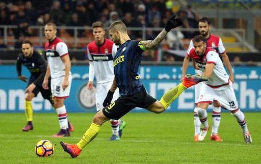 Fc Inter's forward Mauro Icardi scores the goal of 2 0 during the Italian serie A soccer match between Fc Inter and Fc Crotone at Giuseppe Meazza stadium in Milan, 6 November 2016. ANSA / MATTEO BAZZI