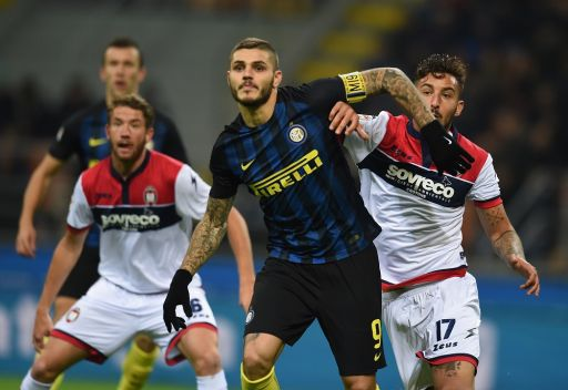 MILAN, ITALY - NOVEMBER 06: Mauro Icardi (L) of FC Internazionale competes for the ball with Federico Ceccherinii of FC Crotone during the Serie A match between FC Internazionale and FC Crotone at Stadio Giuseppe Meazza on November 6, 2016 in Milan, Italy. (Photo by Claudio Villa - Inter/Inter via Getty Images)