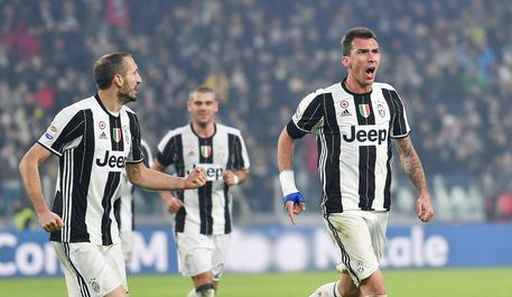 Juventus' Mario Mandzukic (R) jubilates with his teammate Giorgio Chiellini (L) after scoring the goal during the Italian Serie A soccer match Juventus FC vs Atalanta BC at Juventus Stadium in Turin, Italy, 03 December 2016. ANSA/ALESSANDRO DI MARCO
