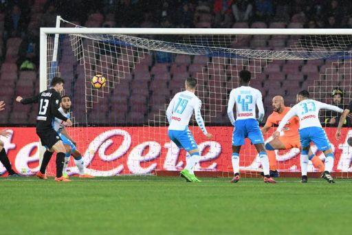Atalanta's Mattia Caldara (L) scores the goal during the Italian Serie A soccer match SSC Napoli vs Atalanta BC at San Paolo stadium in Naples, Italy, 25 February 2017. ANSA/CIRO FUSCO