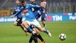 Ssc Napoli forward Lorenzo Insigne (R) challenges for the ball with Fc Inter defender Milan Skriniar during the Italian serie A soccer match between Fc Inter and Ssc Napoli at Giuseppe Meazza stadium in Milan, 11 March 2018. ANSA / MATTEO BAZZI