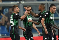 REGGIO NELL'EMILIA, ITALY - AUGUST 19:  Domenico Berardi (L) of US Sassuolo celebrates with teammates after scoring the opening goal during the Serie A match between US Sassuolo and FC Internazionale at Mapei Stadium - Citta' del Tricolore on August 19, 2018 in Reggio nell'Emilia, Italy.  (Photo by Giuseppe Bellini/Getty Images)