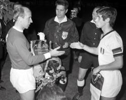 Bobby Charlton e Gianni Rivera, capitani di Manchester United e Milan nella semifinale del 1969