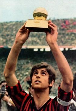 Gianni Rivera alza il Pallone d'oro 1969