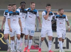 2020-07-18 16:18:58 epa08553762 Atalanta's Duvan Zapata (3-L) celebrates with teammates after scoring the 1-0 lead during the Italian Serie A soccer match between Hellas Verona FC and Atalanta BC at the Marcantonio Bentegodi stadium in Verona, Italy, 18 July 2020. EPA/EMANUELE PENNACCHIO