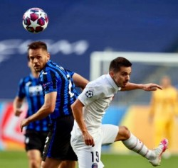 epa08599789 Rafael Toloi of Atalanta (L) and Pablo Sarabia of PSG in action during the UEFA Champions League quarter final soccer match between Atalanta and Paris Saint-Germain in Lisbon, Portugal 12 August 2020.  EPA/Rafael Marchante / POOL