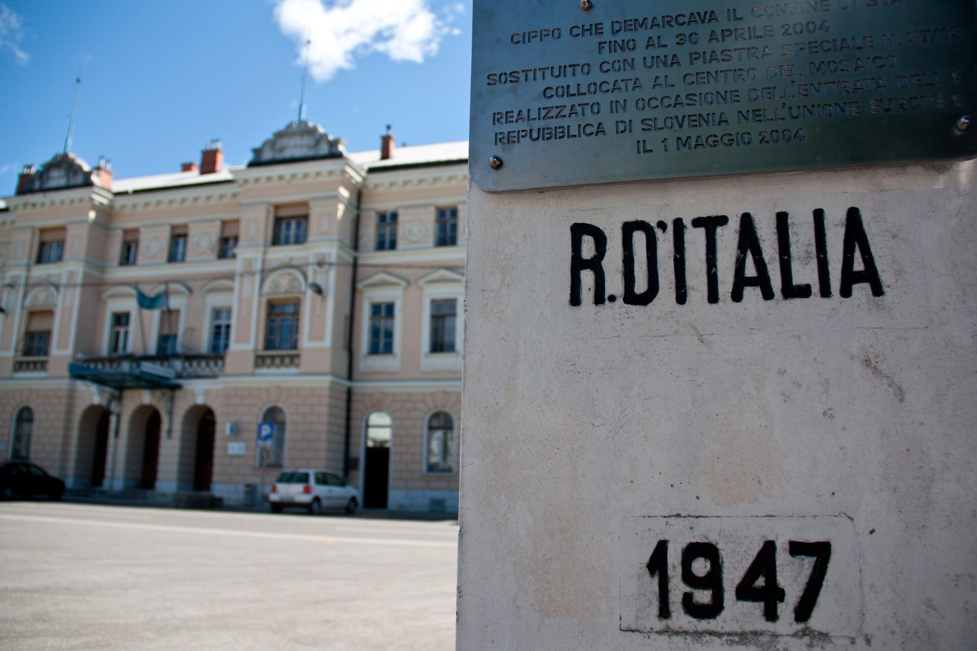 Piazza Transalpina, il cippo del confine tra Italia e Jugoslavia