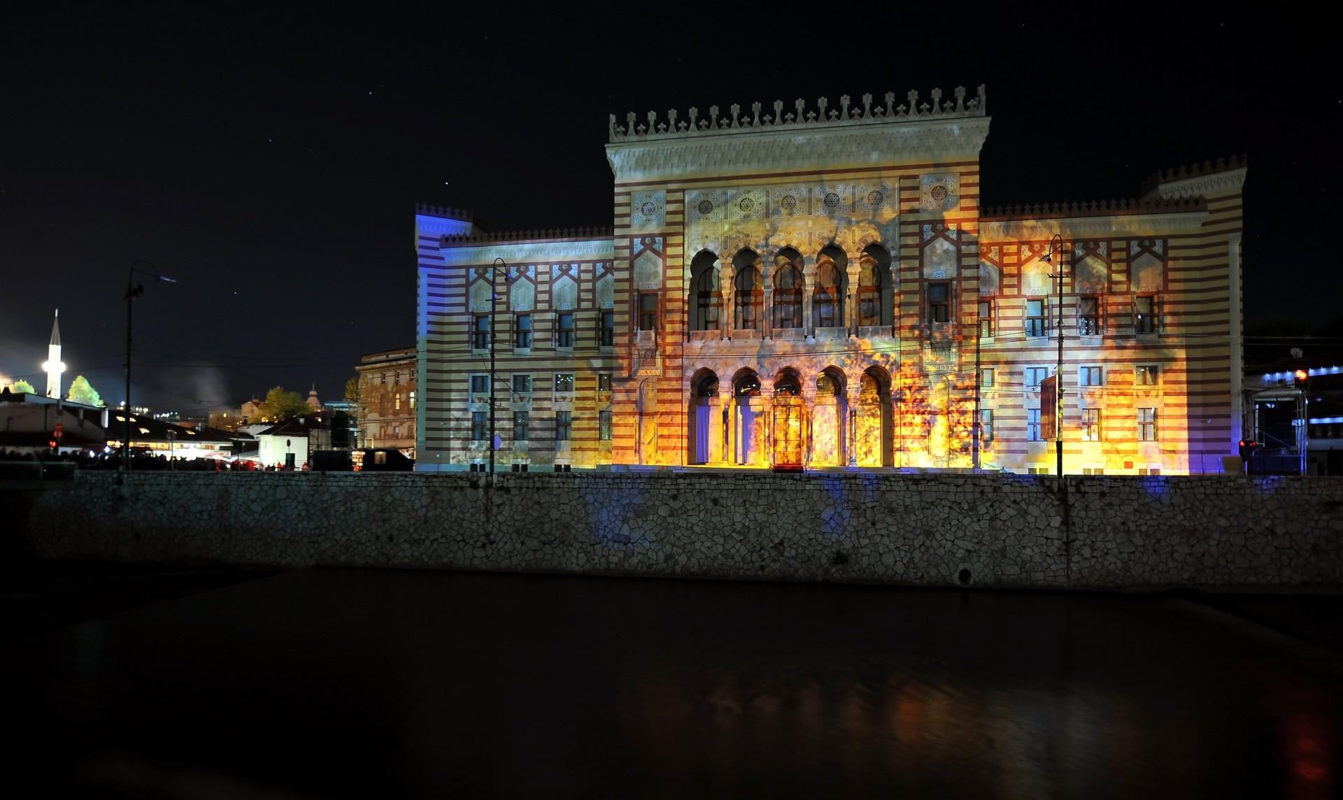 Giochi di luce sulla facciata della nuova Biblioteca di Sarajevo (Afp/Barukcic)