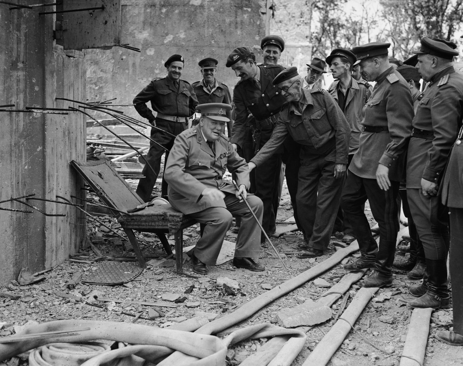 Luglio 1945: Winston Churchill nella Berlino liberata sulla sedia che fu di Hitler davanti alle macerie del Reichstag. (Getty Images/Fred Ramage)