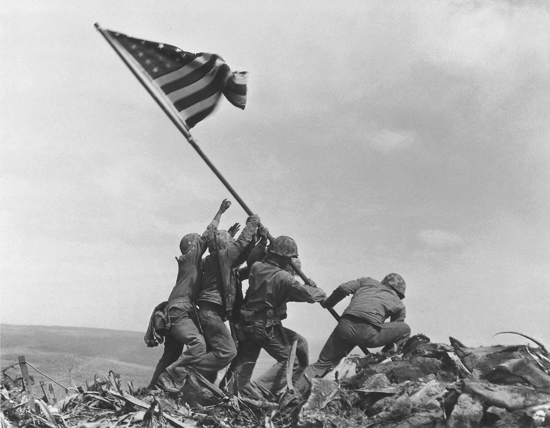 Iwo Jima: la bandiera americana issata sulla cima del monte Suribachi, conquistato  il 23 febbraio 1945. (AP Photo/Joe Rosenthal)