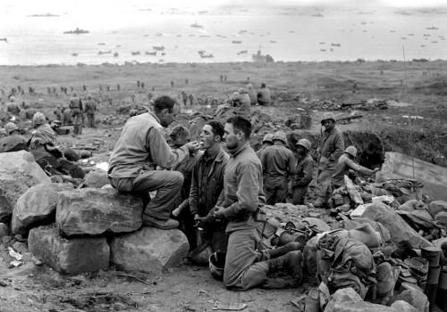 3 Marzo 1945: i Marines ricevono la comunione sulla spiaggia di Iwo Jima. (AP Photo/Joe Rosenthal)