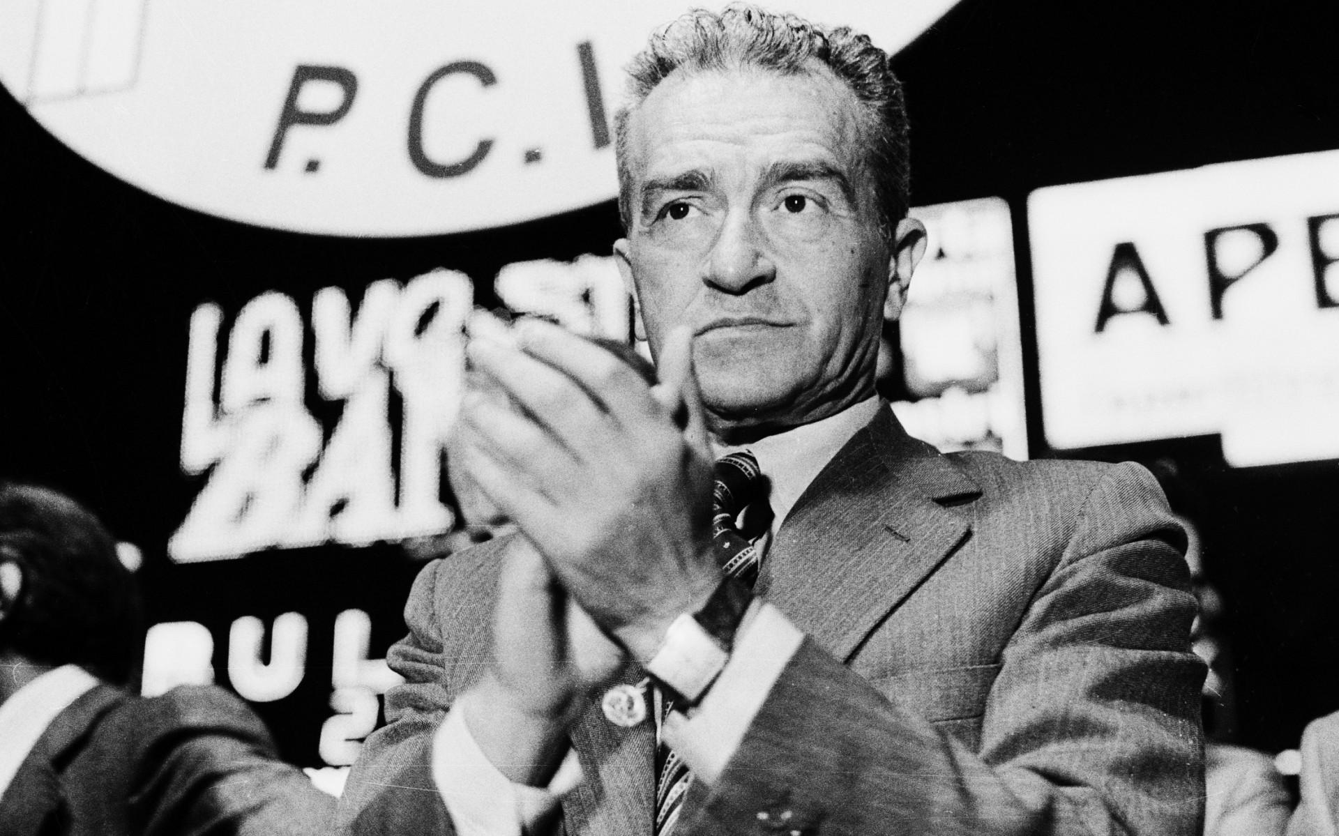 Pietro Ingrao durante un comizio elettorale del Pci in Piazza Duomo a Milano, nel 1976 (Fotogramma)