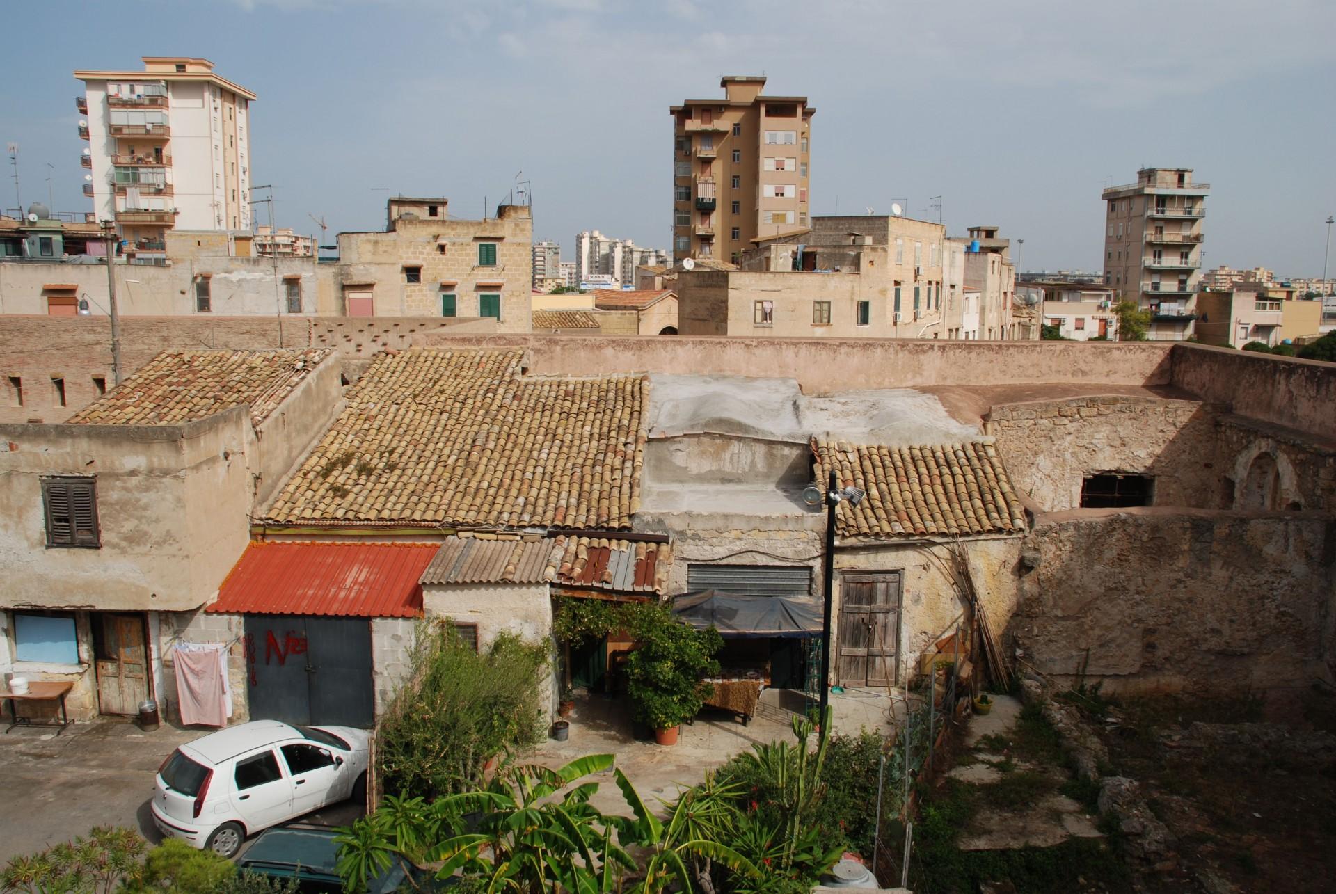 castello-di-giafar-corte-interna-con-abitazioni-abusive-luigi-latini-fondazione-benetton