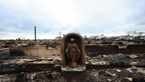 La statua della madonna ritrovata intatta fra le rovine di Breezy Point