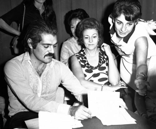 Omar Sharif con alcune fan al Casino di Beirut nel 1970 (Afp)