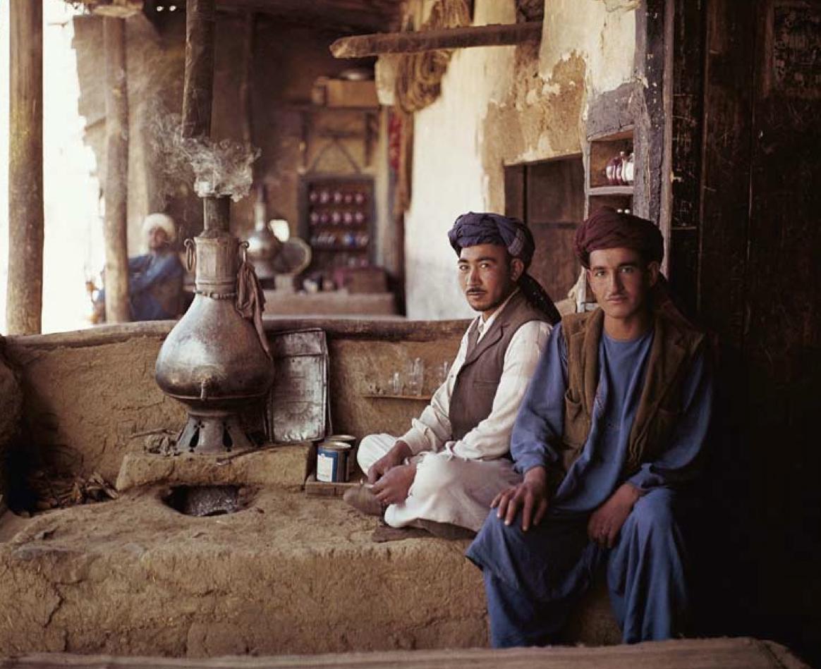 L'ora del tè a Khinjan, 1971. Courtesy May e Rolando Schinasi