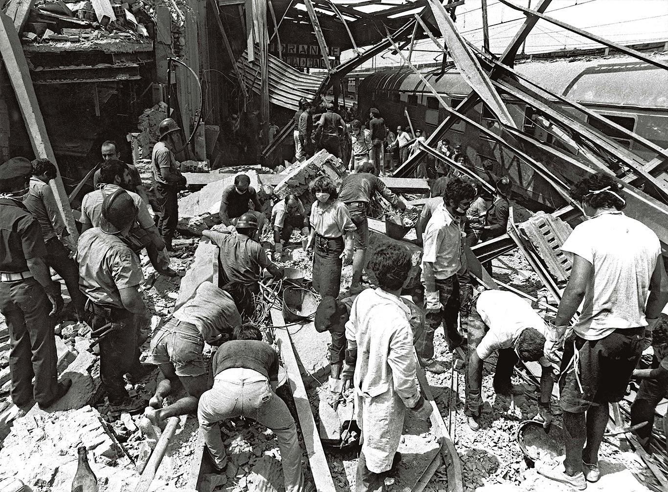 I primi soccorsi alla stazione di Bologna dopo l'esplosione della bomba (Foto di Paolo Ferrari. Archivio Ferrari di Genus Bononiae)