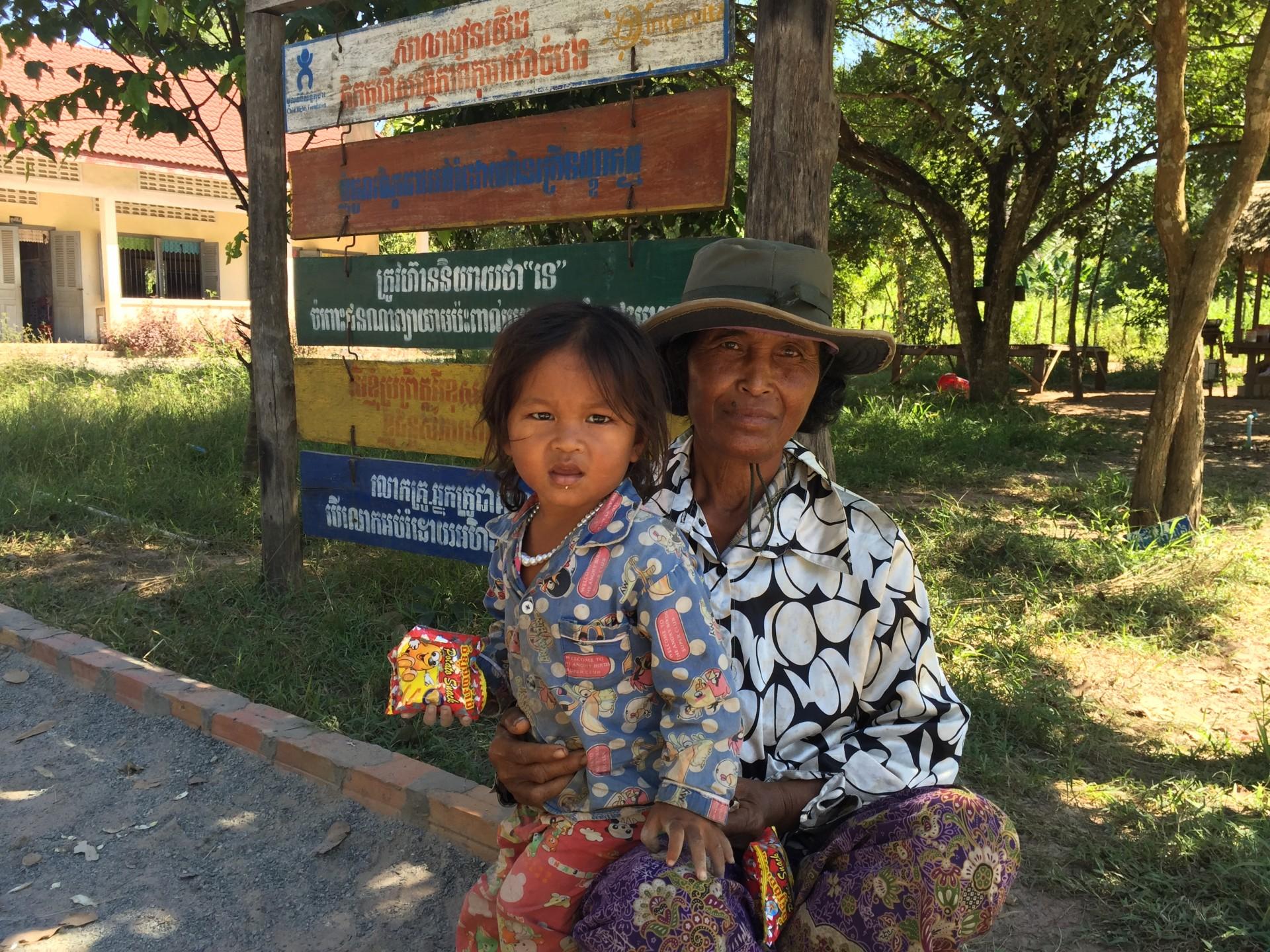 Nonna e nipote nella scuola di villaggio a Kok Srok (Siem Reap)