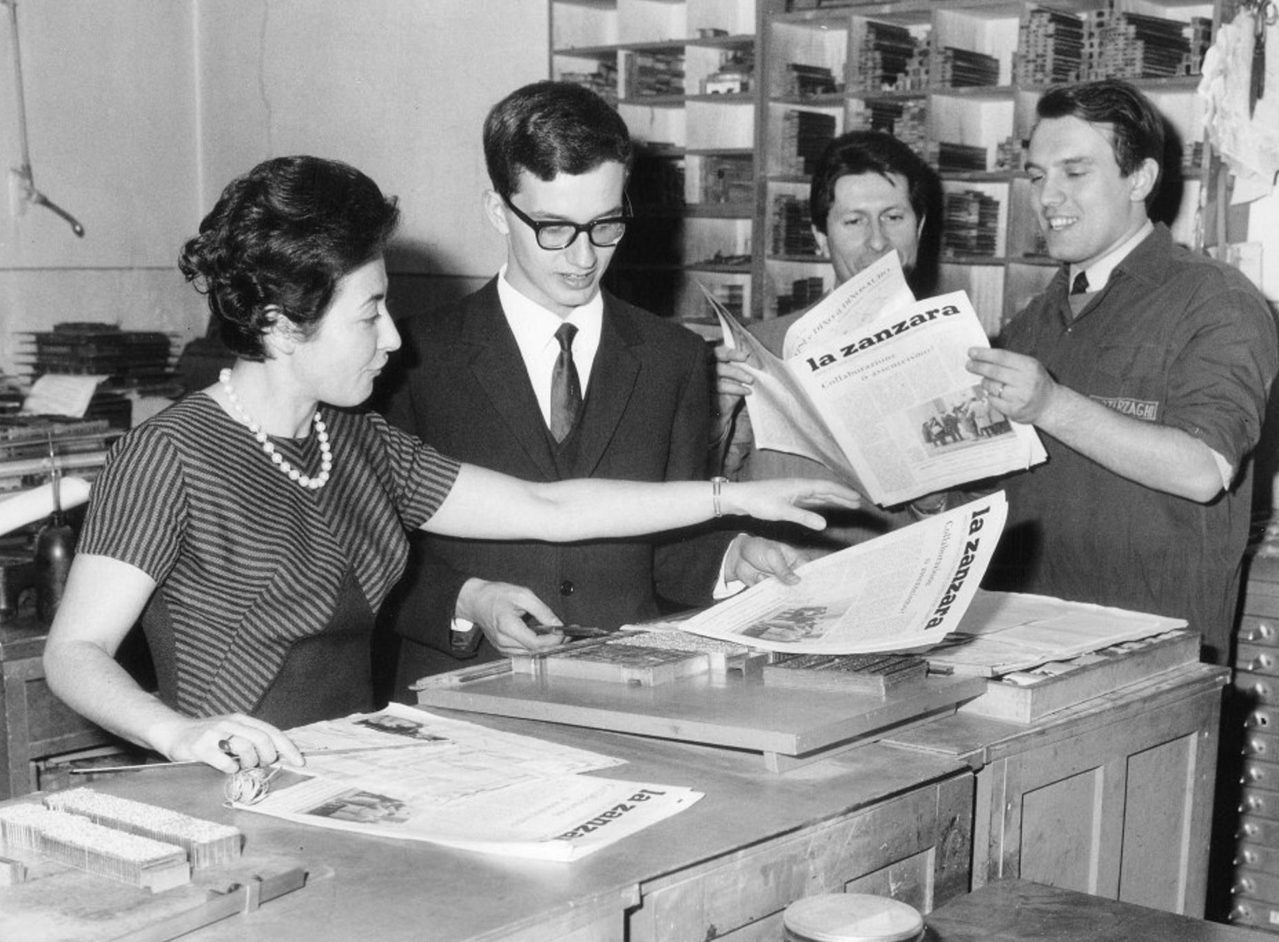 Marco Sassano con la stampatrice e la copia de La Zanzara del dicembre 1965 (Liceo Parini, foto fornita da Marco De Poli, allora direttore del foglio studentesco)