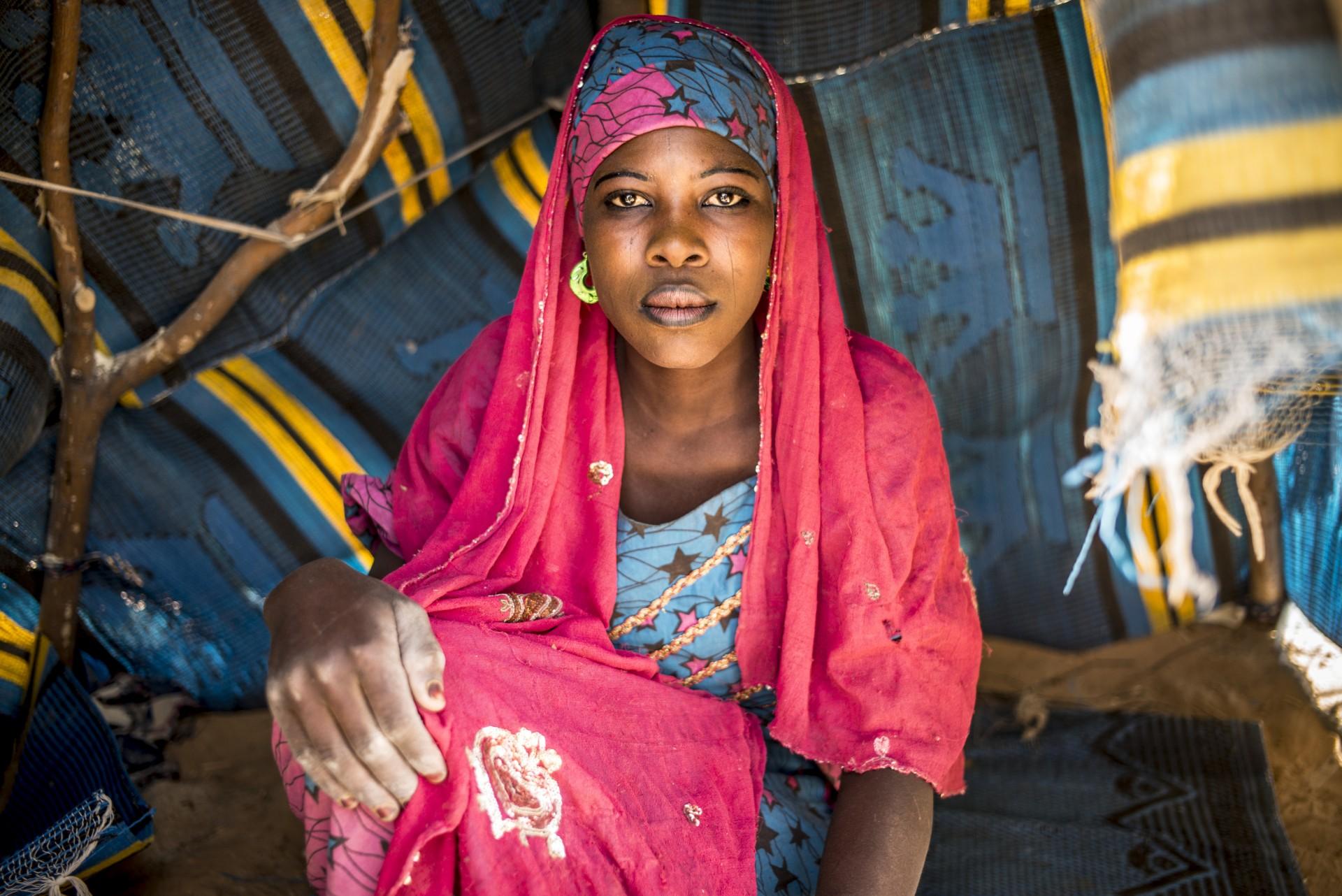 Depuis fŽvrier 2015, la rŽgion de Diffa au Niger sÕest convertie en objectif du groupe terroriste de la secte de Boko Haram. Seule la rivire saisonnire de Komadougou sŽpare cette rŽgion du nord-est du Nigeria ce qui facilite les incursions violentes des djihadistes sur le sol NigŽrien. Ces groupes armŽs attaquent les villages et terrorisent les populations.Cette violence continue a provoquŽ lÕexode de 250 000 personnes.Les affectŽs sÕinstallent sur des sites improvisŽs le long de la Route Nationale 1 qui connecte Diffa ˆ Niamey la capitale nigŽrienne.Ils vivent dans des conditions trs prŽcaires, ils nÕont accs ni ˆ lÕeau ni ˆ la nourriture. Ils sont pour la plupart pcheurs ou cultivateurs mais pour des raisons de sŽcuritŽ, les autoritŽs nigŽriennes ont interdit lÕaccs aux rives du Komadougou o ils concentraient toutes leurs activitŽs.  La rŽgion de Diffa vit une grave crise humanitaire dans le pays le plus pauvre du monde.