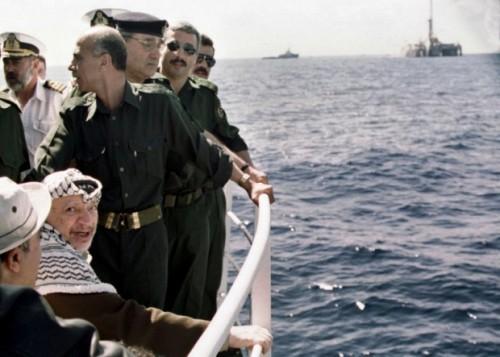 Yasser Arafat sulla nave che nel 2000 lo porta al largo della Striscia di Gaza