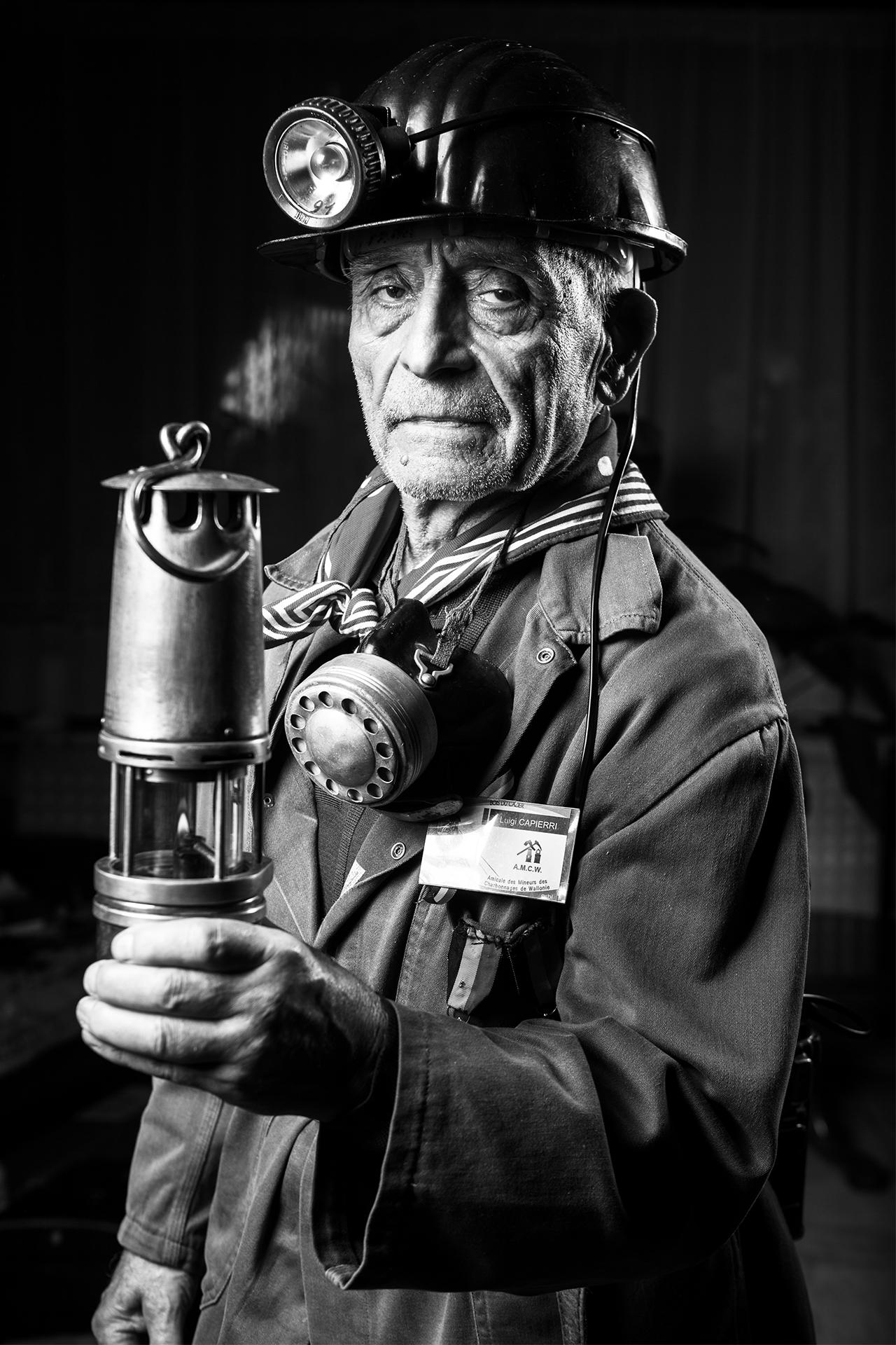 Luigi Capierri, ex minatore con la sua divisa (©DiegoRavier/HansLucas).