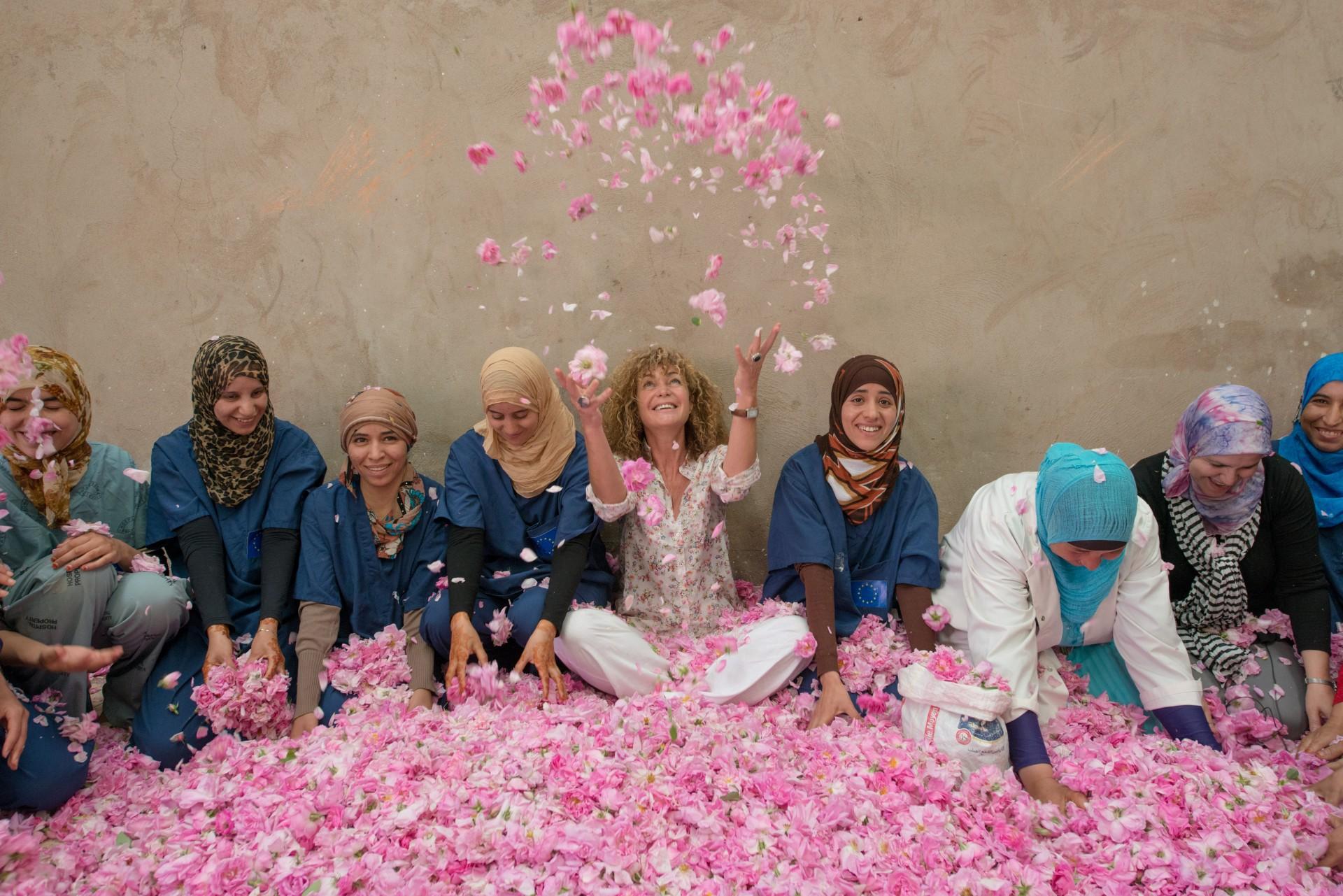 equipe de la fondation yves rocher et de l'assiociation de l' afdf dans le batiment de distillation des roses