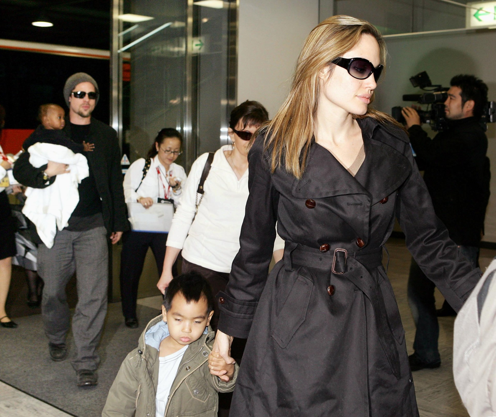 "Hollywood stars Angelina Jolie (R) and Brad Pitt (L), accompanied by Jolie's children, arrive at Narita Airport in suburban Tokyo, 27 November 2005. The two stars are now here for the promotion of their movie ""Mr. and Mrs. Smith"", which will be screened in Japan from 03 December. AFP PHOTO / Yoshikazu TSUNO"