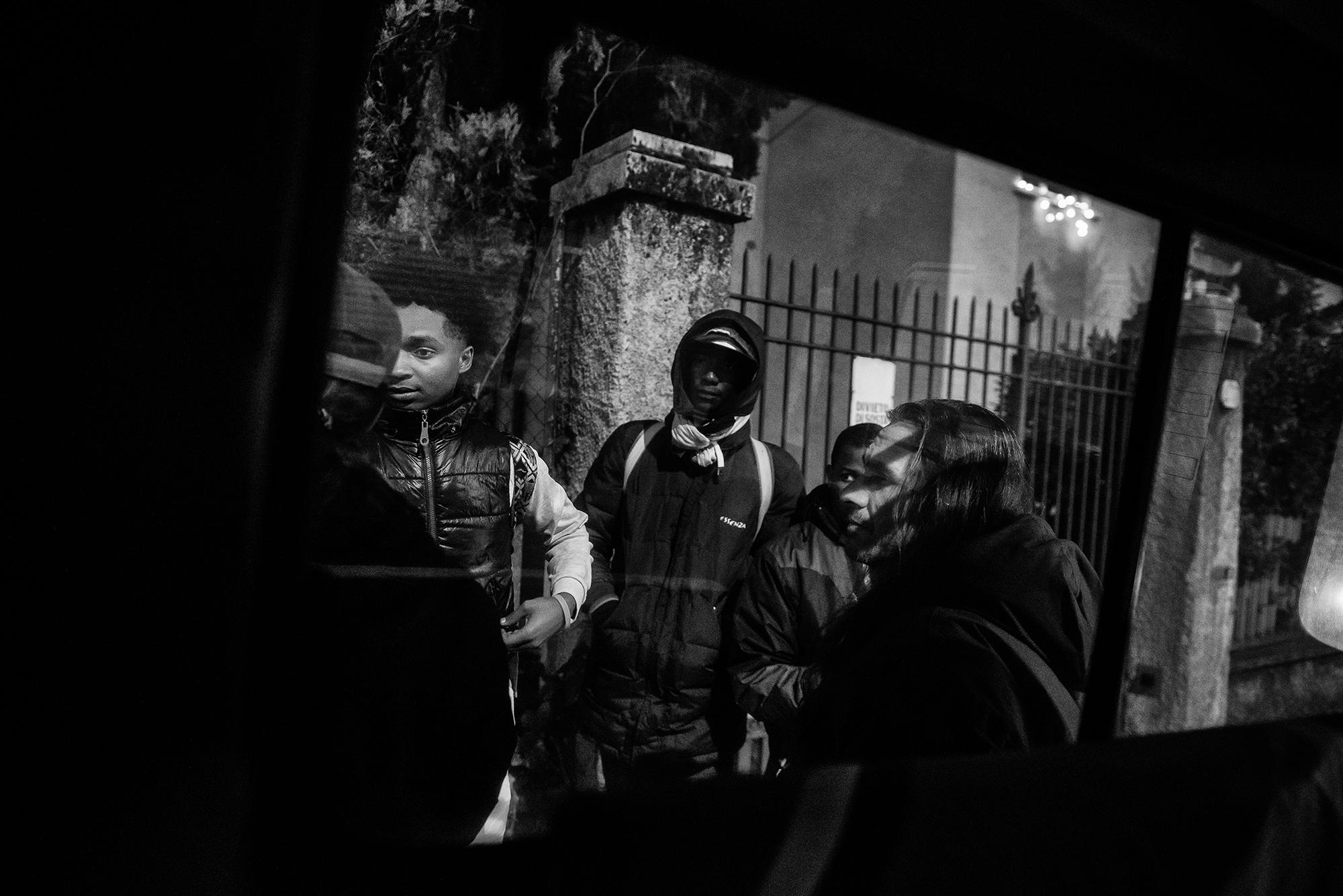 I volontari trovano un gruppo di migranti appena espulsi dalla Svizzera alla dogana di Ponte Chiasso. E' una notte di metà dicembre (Mattia Vacca)