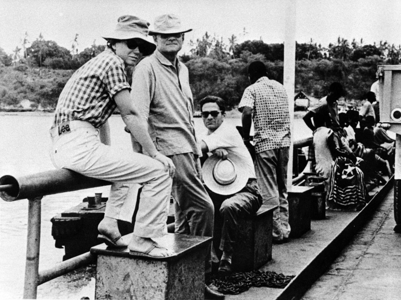 Dacia Maraini, Alberto Moravia e Pier Paolo Pasolini (seduto) durante il loro viaggio in Africa