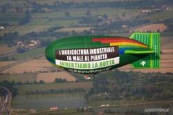 Attivisti in azioni in un campo di mais OGM a Pordenone