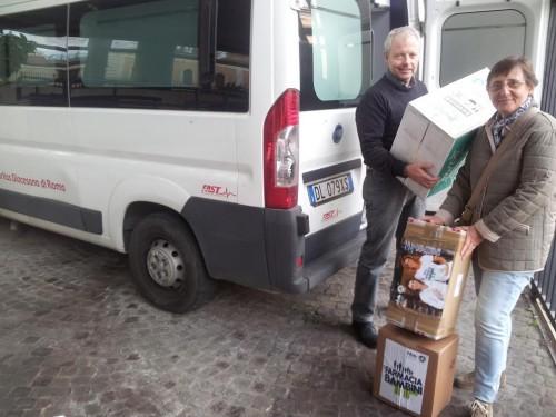 Caritas Roma con furgone che scarica prodotti