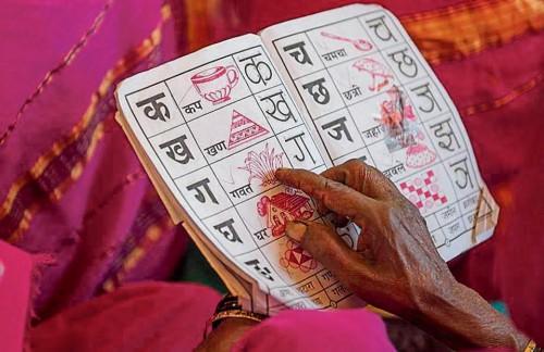 Le nonne imparano l'alfabeto