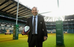 Eddie Jones, allenatore dell'Inghilterra, in posa a Twickenham (David Rogers/Getty Images)