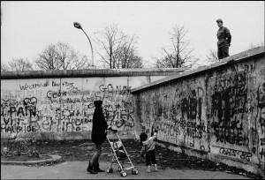Mario-Dondero-Due-giorni-prima-della-_Caduta-del-muro-di-Berlino_-1989