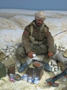 """Un diorama con il figurino di un soldato indiano che usa un """"Benghazi Burner"""""""