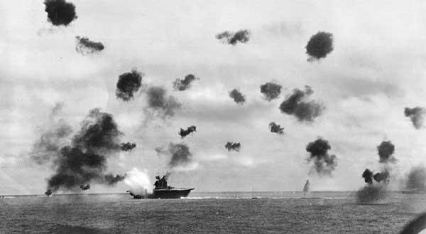 Un monento della battaglia di Midway: la portaerei Yorktown sotto attacco giapponese (Mational Archives, Washington)